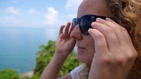 Giovani occhiali da sole d'uso sorridenti femminili incantanti stock footage