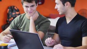 Giovani occupati con gli studi Fotografia Stock
