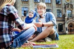 Giovani occupati di positivi che chiacchierano all'aperto Immagini Stock