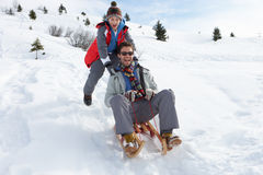 Giovani padre e figlio Sledding Fotografie Stock Libere da Diritti