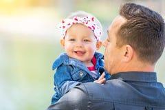 Giovani padre e neonata caucasici Immagini Stock