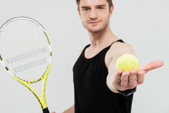 Giovani pallina da tennis e racchetta belle della tenuta dello sportivo Fotografie Stock