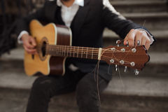 Giovani pantaloni a vita bassa che giocano chitarra Fotografia Stock