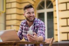 Giovani pantaloni a vita bassa con lo Smart Phone Immagine Stock