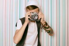 Giovani pantaloni a vita bassa del fotografo del tipo Fotografia Stock