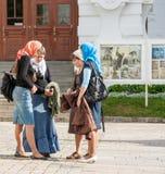 Giovani pellegrini nella trinità Lavra della st Sergius in Russia Fotografia Stock