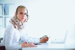 Giovani persone di affari e colleghi positivi attraenti in un ufficio della call center businesspeople Fotografie Stock Libere da Diritti