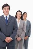 Giovani persone di affari sorridenti che stanno nella linea Immagini Stock Libere da Diritti