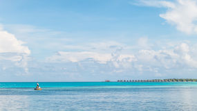 Giovani pescatori con il chiari mare e cielo blu Fotografia Stock