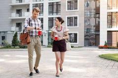 Giovani piacevoli che hanno una passeggiata fotografie stock libere da diritti