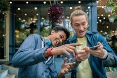 Giovani piacevoli felici divertendosi insieme fotografie stock