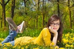 giovani poco profondi della donna della sosta di dof fotografia stock