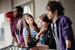 Giovani pose punk attraenti della ragazza immagine stock libera da diritti