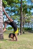 Giovani professionisti dell'uomo di yoga che fanno yoga sulla natura Uomo indiano asiatico dei yogis sull'erba nel parco Isola di Immagini Stock