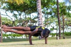 Giovani professionisti dell'uomo di yoga che fanno yoga sulla natura Uomo indiano asiatico dei yogis sull'erba nel parco Isola di Fotografie Stock