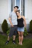 Giovani proprietari di abitazione delle coppie Fotografie Stock
