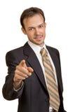 Giovani punti sorridenti dell'uomo d'affari alla macchina fotografica Fotografie Stock Libere da Diritti