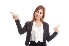Giovani punto e pollici asiatici della donna di affari su Immagini Stock Libere da Diritti