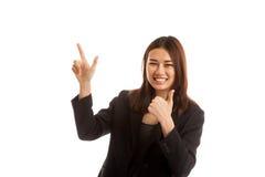 Giovani punto e pollici asiatici della donna di affari su Immagine Stock