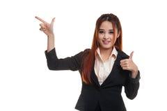 Giovani punto e pollici asiatici della donna di affari su Fotografie Stock Libere da Diritti