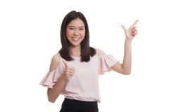 Giovani punto e pollici asiatici della donna di affari su Fotografie Stock