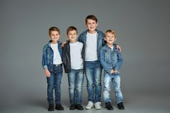 Giovani ragazzi che posano allo studio Fotografia Stock Libera da Diritti