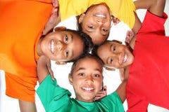 Giovani ragazzi e ragazze felici degli amici del banco insieme Fotografia Stock Libera da Diritti