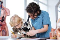 Giovani ragazzi persistenti che studiano biologia Immagini Stock Libere da Diritti