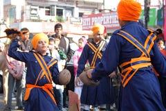 Giovani ragazzi sikh che effettuano arte marziale Fotografia Stock