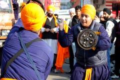 Giovani ragazzi sikh che effettuano arte marziale Fotografia Stock Libera da Diritti