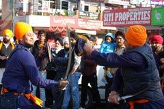 Giovani ragazzi sikh che effettuano arte marziale Immagine Stock Libera da Diritti