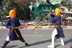 Giovani ragazzi sikh che effettuano arte marziale Fotografie Stock Libere da Diritti