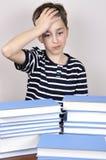 Giovani ragazzo e libri sorpresi Immagini Stock Libere da Diritti