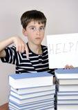 Giovani ragazzo e libri sorpresi Fotografie Stock Libere da Diritti