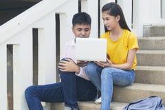 Giovani ragazzo e womon asiatici del computer immagini stock libere da diritti