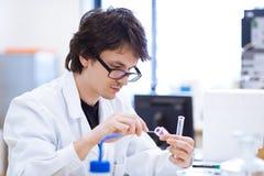 Giovani, ricercatore maschio/allievo di chimica Immagini Stock Libere da Diritti
