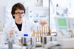 Giovani, ricercatore maschio/allievo di chimica Immagini Stock