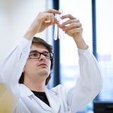 Giovani, ricercatore maschio/allievo di chimica Immagine Stock