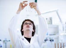 Giovani, ricercatore maschio/allievo di chimica Fotografie Stock Libere da Diritti