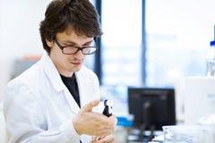 Giovani, ricercatore maschio/allievo di chimica Fotografia Stock