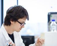 Giovani, ricercatore maschio/allievo di chimica Fotografie Stock