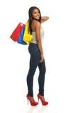 Giovani sacchetti di acquisto della holding della donna di colore Fotografie Stock Libere da Diritti