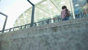 Giovani scale afroamericane della società polisportiva di funzionamento-su della donna, vista dal basso sulla ragazza video d archivio