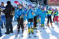 Giovani sciatori ad aprire nuova stagione 2015-2016 dello sci in Bansko, Bulgaria Fotografia Stock