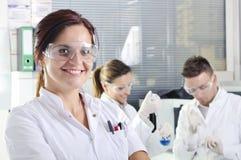 Giovani scienziati attraenti degli studenti di PhD in laboratorio Immagini Stock Libere da Diritti