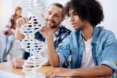 Giovani scienziati emozionanti che scoprono la struttura del genoma umano Fotografia Stock Libera da Diritti