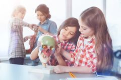 Giovani signore ammirevoli che studiano anatomia Fotografia Stock