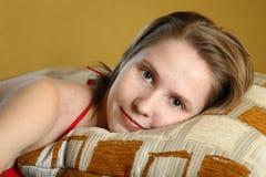 giovani situantesi svegli della donna del cuscino Immagine Stock