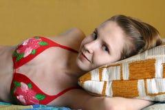 giovani situantesi svegli della donna del cuscino Fotografia Stock