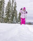 Giovani skiies asiatici della ragazza nell'inverno Immagini Stock Libere da Diritti